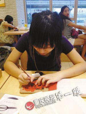 刘宇佳在刻板上刻剪纸