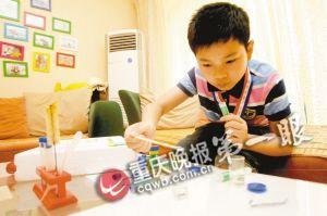 为了培养项嘉华的动手能力,父母给他购买了化学实验套装,让孩子在家做化学实验