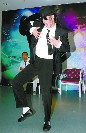 昨日,田鑫雨现场表演迈克尔·杰克逊的舞蹈。