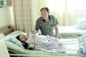 昨日,新桥医院,产后的陈国琴因重度子痫和贫血,仍在医院里治疗,陪护在她病床边的是她的丈夫。