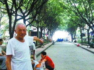 李寿国老人讲述当天好心的哥就是从这个路口挨个问到他家,把遗落车上的一袋药送还他手中。