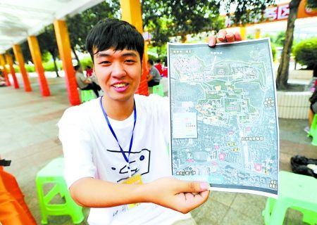 昨日,菜园坝火车站,朱红阳展示自己制作的川外校园地图