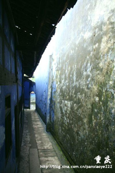 天子殿的蓝色墙面佩上黑色的门窗,隐隐透露出鬼国阴森之感
