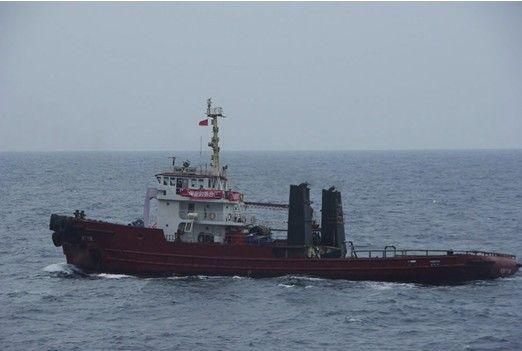 当地时间9月21日晚,一艘来自台湾的保钓船在钓鱼岛附近海域行驶。