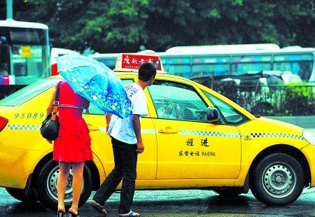 """被""""拒载""""的市民看着出租车离去"""