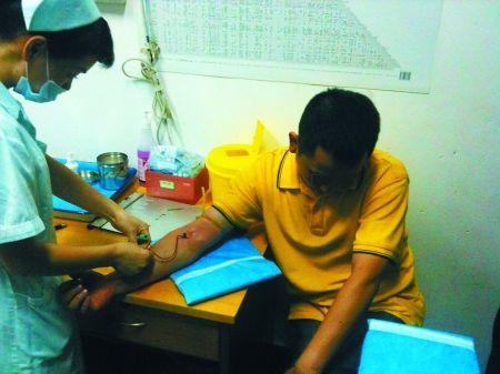 肇事男子魏某在医院抽血作进一步检测 渝北警方 供图