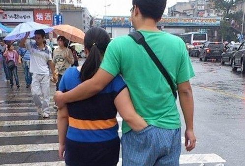 小情侣行为举止确实雷人!在人来人往的街头,仍能泰然自若,境界可谓是非同一般。