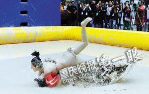 比赛中:选手们在泥浆中激烈拼搏