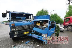 渝北区空港,十字路口两辆货车相撞,消防官兵在解救被困驾驶室的女子