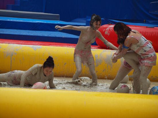 泥浆池中竞技