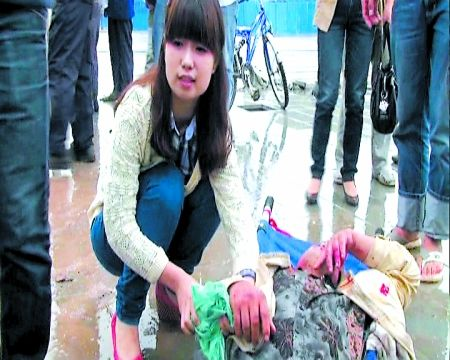 一名路过的年轻护士在现场对伤者进行急救