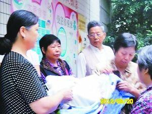 家长们聚集在莱茵幼儿园门前,检查棉絮质量。