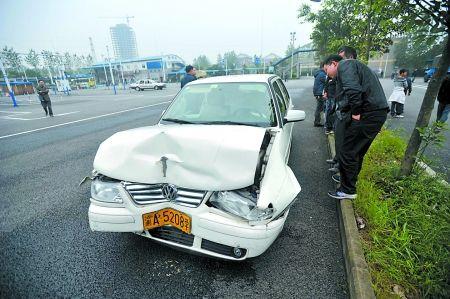 被撞的考试车受损变形。