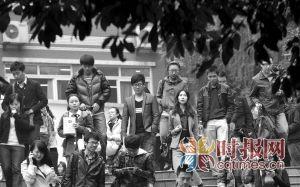 江北十八中学,参加国家公务员考试的考生们从考场走出来