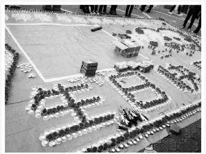 男子用蜡烛表白浪漫求婚 ■网友@信杂志供图