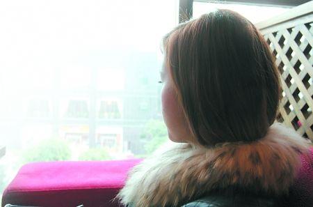 小希讲述自己的遭遇时,很无奈地望着窗外。 记者 蒋雨龙 摄