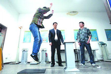 市体育科学研究所测试中心,记者正在使用纵跳计进行体质测试。