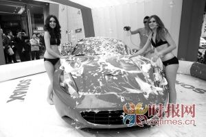 渝北龙湖水晶郦城,两位比基尼美女正忙着洗一台法拉利跑车
