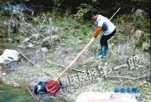 陈洪的妻子将被咬死在江边的山羊打捞起来