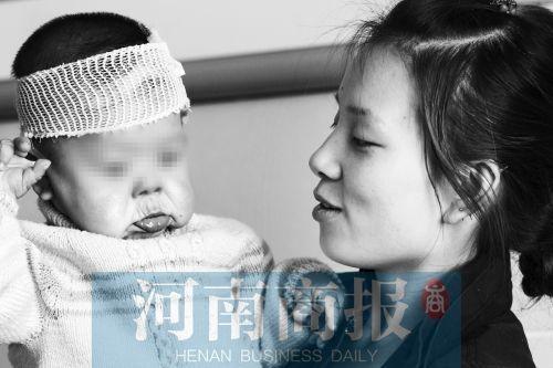 一岁半的小雨馨依偎在母亲的怀抱,和23岁的母亲相比,她的面容异常苍老