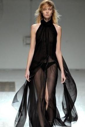 巴黎透明时装表演奶秀 薄纱凸点内衣秀 米兰大胆无下装时装秀 法国抖