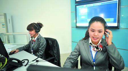 昨日,12333电话咨询工作人员对热线作试运行的最后调试.记者 李化 摄