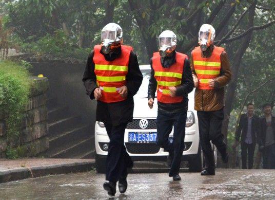 救护人员赶赴模拟火灾现场