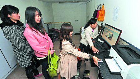 昨日,南坪,驾校学员们正在照相和录制指纹存档。