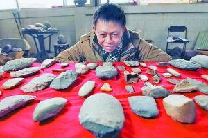 敖乙杰刚从西南大学毕业,今年三月,他没有像其他同学一样到处找工作,而是加入捡石队伍当中。他用自己积累的知识,提纯加工那些捡来的石头,半年多赚了几十万