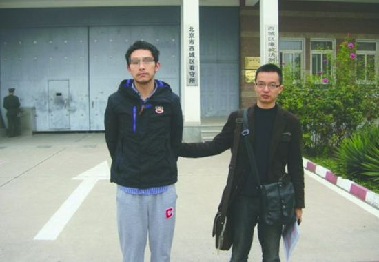 """犯罪嫌疑人""""张勇""""(左)被抓获 图据成都商报"""