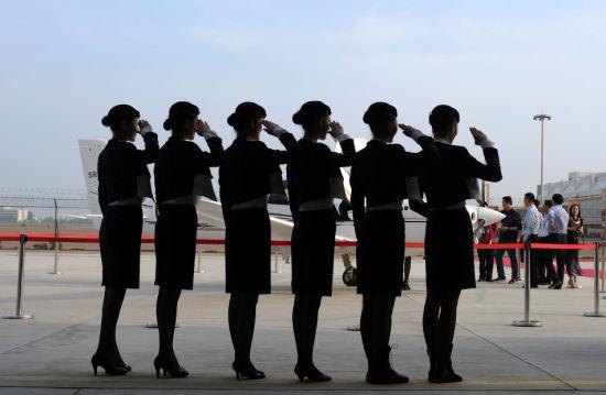 16名女飞行学员在发布会上集体亮相