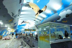 一号线烈士墓站的大厅就像一个大型客机的机舱。