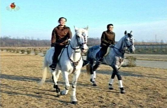 当地时间11月19日,朝鲜电视台画面,金正恩的妹妹金汝静在骑马。