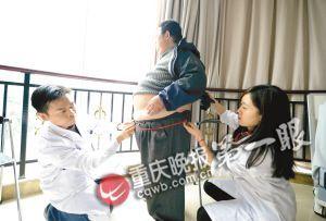 门诊检查室,医生对重庆第一胖的丁科学进行检查