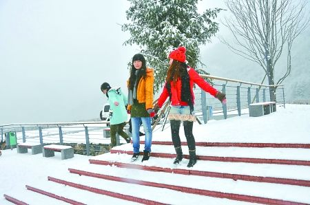 昨日,巫溪红池坝,游客在欣赏雪景