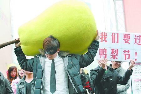 """昨日,南坪,刘杰扛着硕大的""""鸭梨""""惹人注目。 记者 龙在全 摄"""