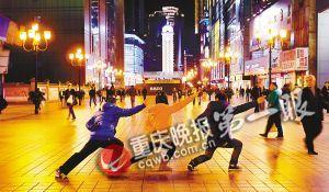 三名网友相约来到夜幕下的解放碑,坚决秀出起飞style。
