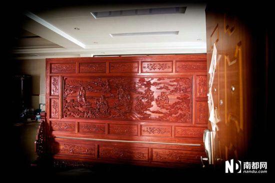 办公室会客厅的巨大红木屏风