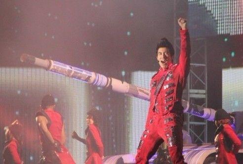 王力宏在演唱会上激情四射