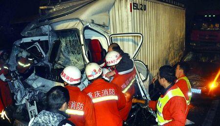 消防官兵救出被困人员   通讯员 杨红军 记者 张路桥 摄