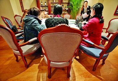 应征者正在填写表格。扬子晚报记者 宋峤 摄