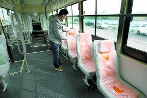 全部为皮革软座,车厢中间可平行站四五个成人