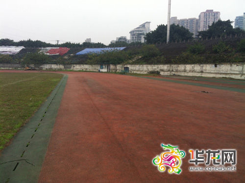 大田湾体育场塑胶跑道尚存的一块完整区域。郑懿 摄