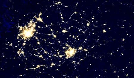 美国国家航空航天局拍摄的地球夜景图中,成渝两大亮点连成星河。