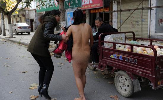 一名中年女子当街裸奔