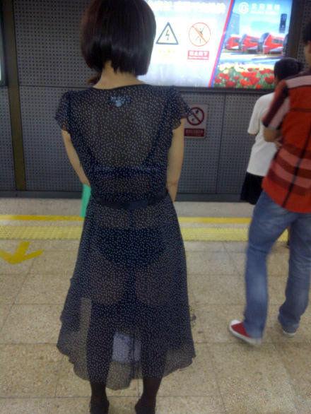 上海地铁要求女性乘客穿衣自重
