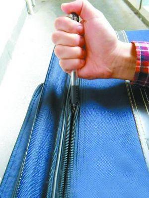 圆珠笔捅开旅行箱