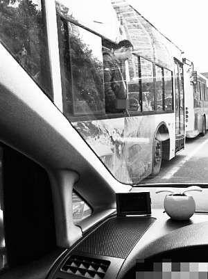 男子在公交车上撒尿 贾先生供图