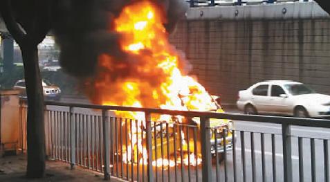 正在燃烧中的车