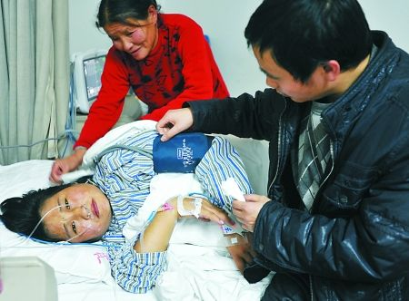 雷开祥和母亲在医院照顾陈其芳